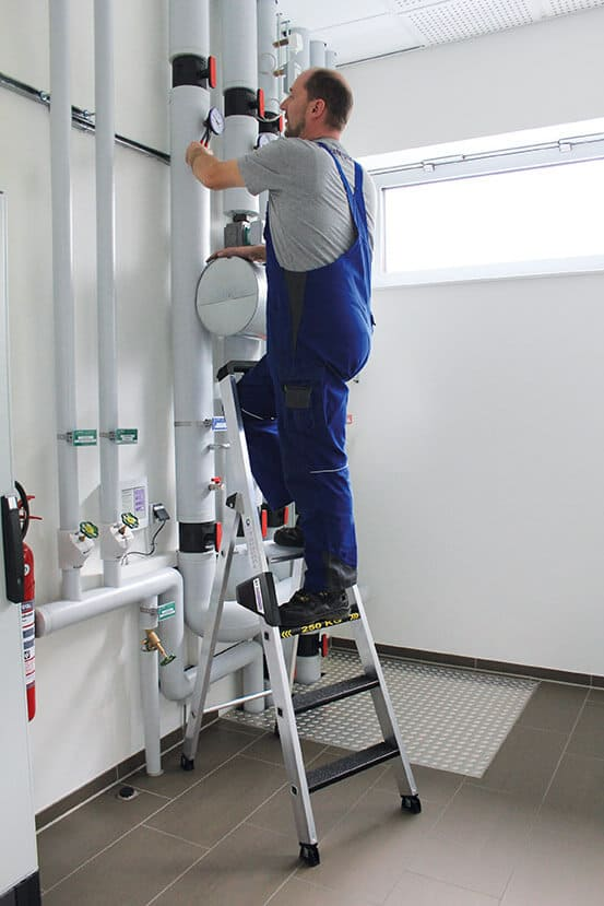 Günzburger Stehleiter beidseitig begehbar mit clip-step R13 250kg 4 Stufen