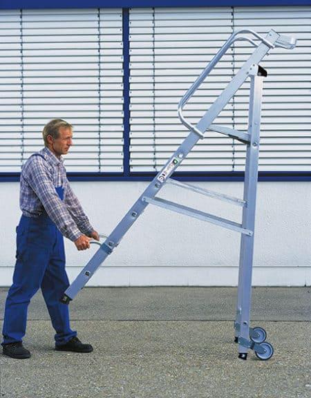 Günzburger Steigtechnik Alu Stehleiter mit Rollen und Griff – große Plattform und Ablageschale